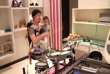 Incroyable papa batteur joue avec ses 3 enfants dans les bras