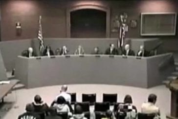 Un membre du conseil municipal fait une proute durant une audience
