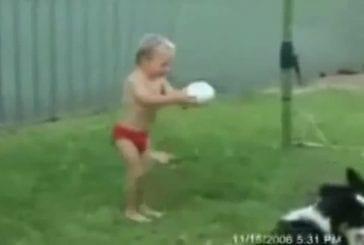 Enfant se prépare à shooter dans la balle