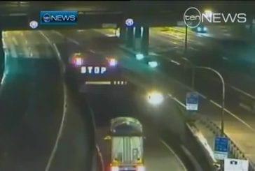 Hologrammes affichés sur une chute d'eau à l'entrée des tunnels de Sydney
