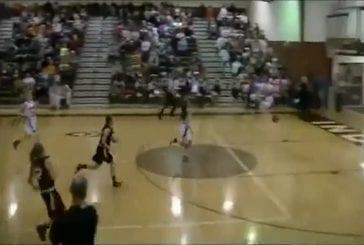 Cette joueuse de basket marque un panier depuis le fond du terrain