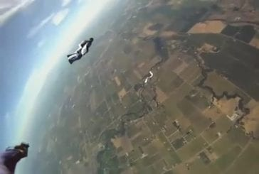 Parachutiste sauvé par le parachute de secours