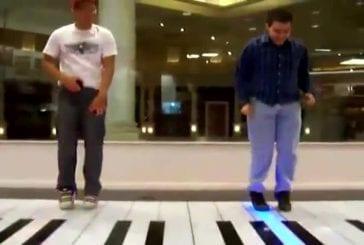 Musiciens sur piano géant