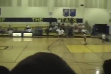 Entraîneur de basket jette la balle dans la figure de sa joueuse