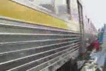 Un train traverse un bidonville
