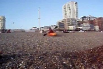 Pratique du kayak extrême sur la plage