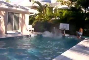 Basket-ball dans une piscine