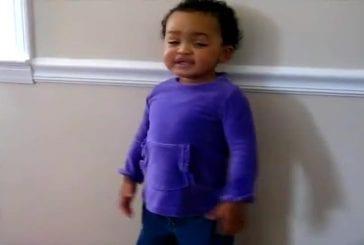 Enfant de 2 ans chante avec une grâce étonnante