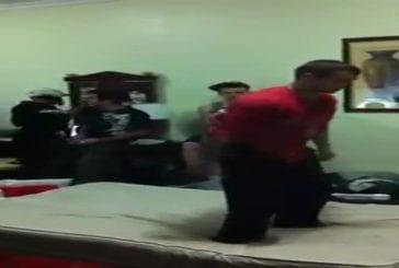 Double backflip debout sur un lit
