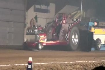 Terrible accident de tracteur-pulling à l'intérieur d'un batiment