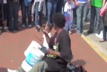 Impressionnant batteur de rue avec son enfant