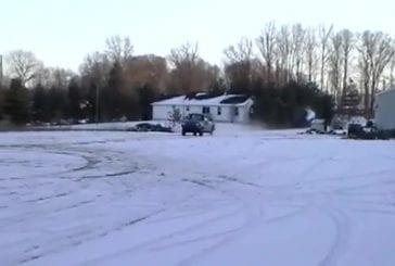 Fou fait un incroyable saut en camionnette sur la neige