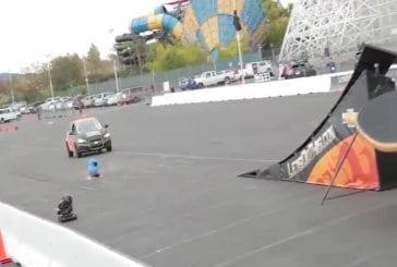 Rob Dyrdek réalise un kickflip en voiture