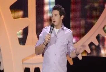 Aron Kader sur la scène de juste pour rire
