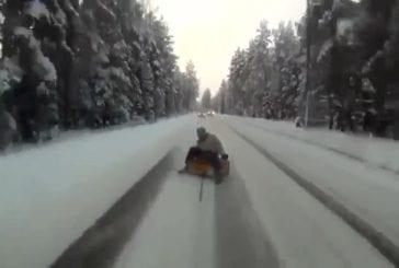 Bouée attachée à une voiture circulant à toute vitesse sur la neige