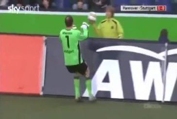 Jeune garçon ne veut pas rendre la balle au gardien