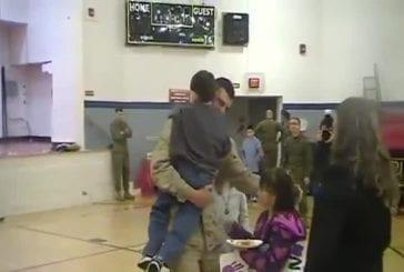 Garçon de 6 ans fait une surprise à son père revenant d'afghanistan