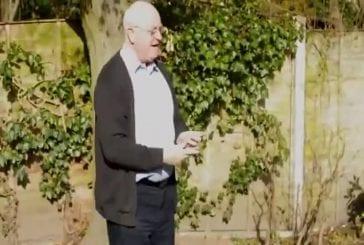 Vieux monsieur champion de yo-yo à 2 mains