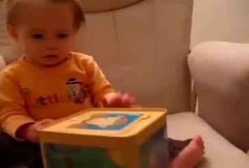 Bébé effrayé par une boite magique