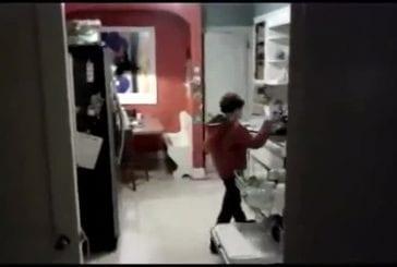 Gamin range la vaisselle et danse sur Michael Jackson