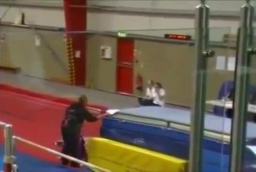Gymnaste se prend de plein fouet le tapis de chute
