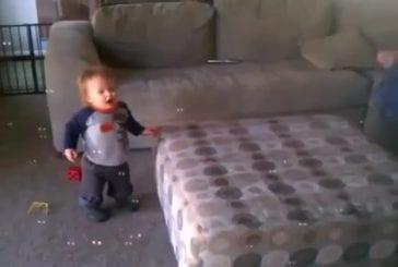Bébé heureux avec du bulles de savon