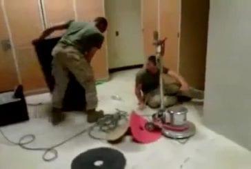 Corvée de nettoyage pour un militaire de l'armée US
