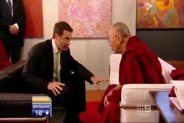 Présentateur fait une blague au Dalaï Lama