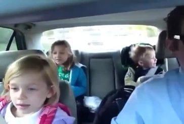 Papa fait écouter de la bonne musique à ses enfants