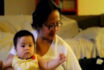 Grand-mère fait la lecture à Philipino avant d'aller dormir