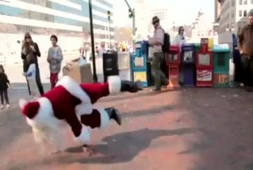 Père Noël danse dans un centre commercial