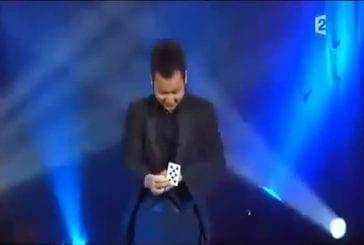 Asiatique manipule des cartes sur scènes