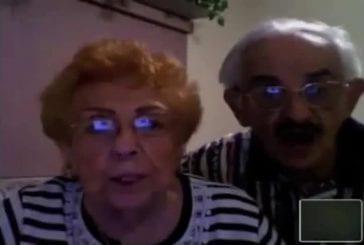 Grand-parents tentent de porter un toast devant la caméra