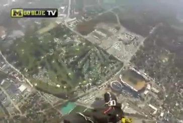 Parachutisme avec attérrissage dans le stade michigan