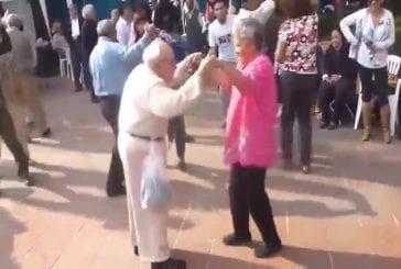Vieux monsieur fait une incroyable danse comique