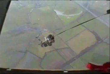 Accrocher son parachute en sautant de l'avion