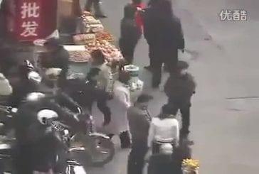 Voleur utilise des baguettes pour voler les poches des chinois