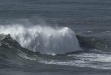 Surfer sur des énormes vagues