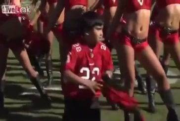 Enfant danse avec les Buccaneers de Tampa Bay pom-pom girls
