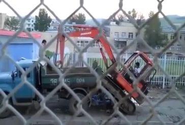 Grue grimpe dans un camion
