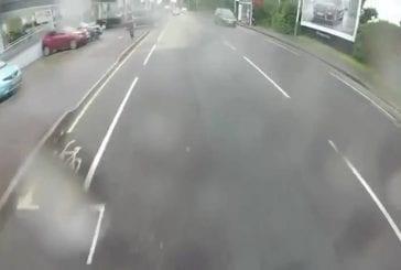 Voiture roule à droite dans cycliste