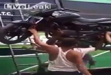 Chargement d'un moto comme un patron