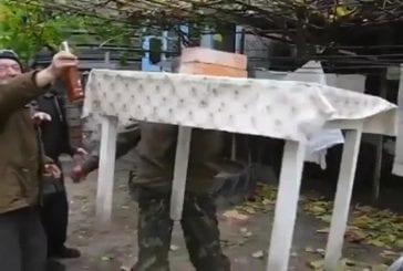 Homme russe soulève table avec les dents