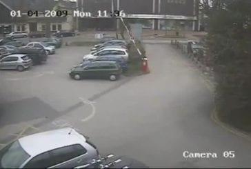 Barrière de parking s'abat sur la voiture
