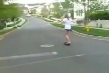 Jolie fille sur un skateboard FAIL