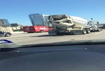 Arrière de camion de ciment se termine voiture
