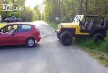Petite honda remorquage d'une jeep