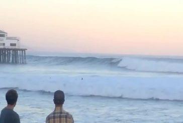Surfeur joue avec la mort