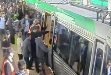 La foule sauve un homme pris au piège dans un train d'Australie
