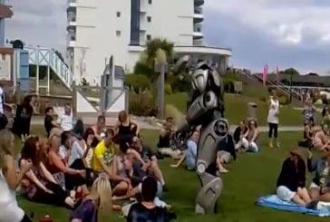 Un robot frappe un homme ivre